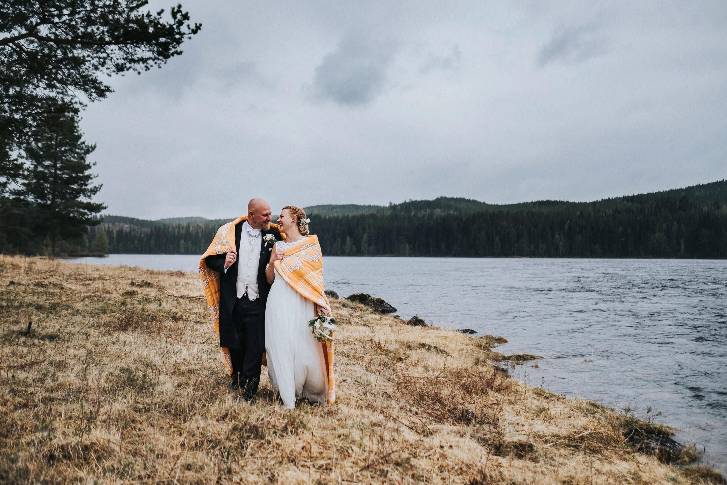 © Fotograf Jonas Burman, wedding, bröllop, brudpar, bohemiskt, vildmark, natur, vatten